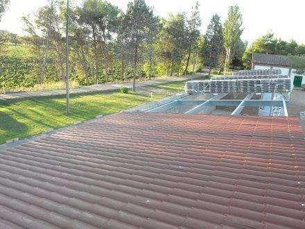 panel sandwich imitacion teja en RAL 9004 para construccion de porche