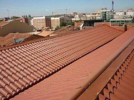 Panel Teja en RAL 8004 con remates para renovacion de tejado