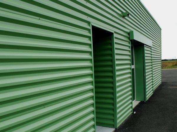 fachada de chapa simple en color verde RAL 3000