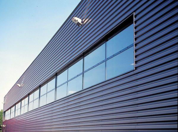 Nave construida con chapa simple para fachadas con ventana