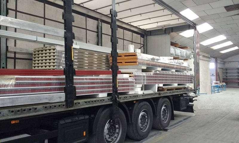 Proceso de carga de paneles en un camión