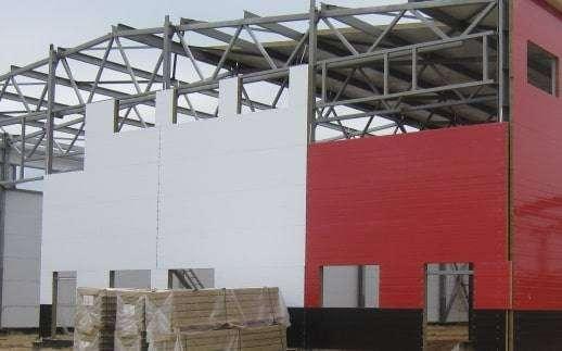 Construcción de una nave con panel fachada de tornillería vista