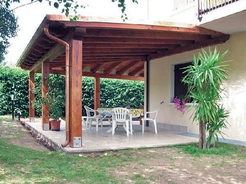 Porche construido con Panel Sandwich teja de interior madera